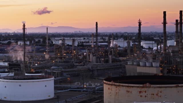 vídeos de stock e filmes b-roll de peach sunset sky behind massive chemical plant in the port of los angeles - wilmington cidade de los angeles