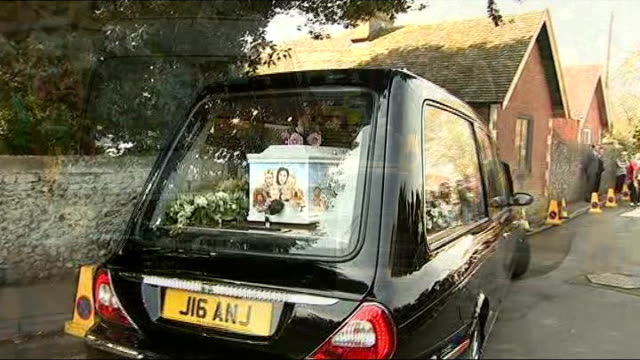 vídeos y material grabado en eventos de stock de kent davington ext funeral hearse towards as arriving for funeral of peaches geldof coffin seen in back of hearse entering st mary magdalene and st... - jools holland