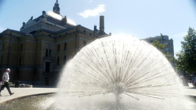 vídeos de stock e filmes b-roll de peacock fountain by the national theatre oslo - placa de nome de rua
