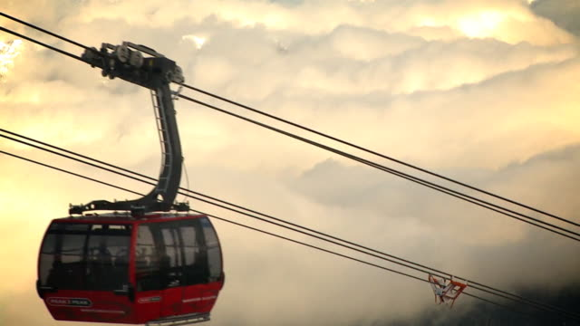 stockvideo's en b-roll-footage met cu peak2peak gondola / whistler blackcomb, british columbia, canada - kabelwagen