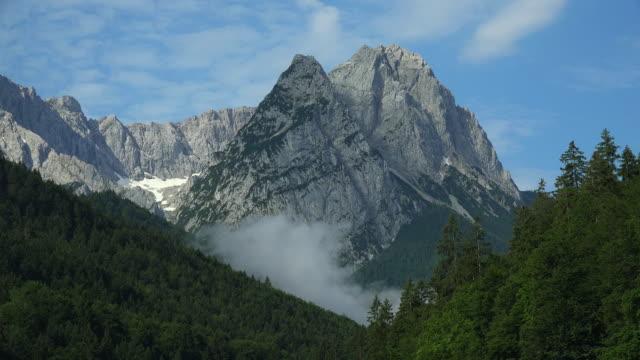 vídeos de stock, filmes e b-roll de peaks and forest - montanha zugspitze
