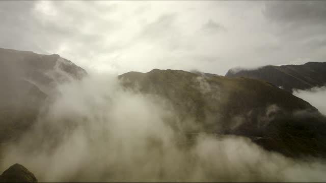 vídeos y material grabado en eventos de stock de peaks in clouds - transilvania