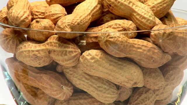 stockvideo's en b-roll-footage met peanuts - notendop