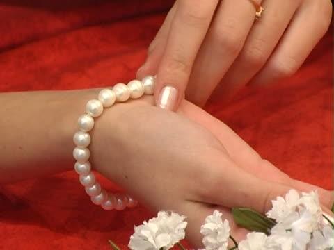 stockvideo's en b-roll-footage met pearl bracelet - parel juwelen