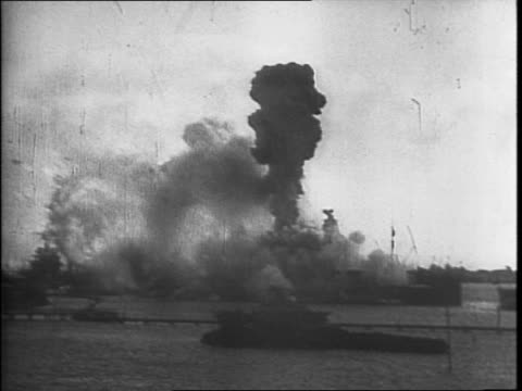 pearl harbor / rainbow in the harbor with smoke in background / explosion of uss arizona - 真珠湾攻撃点の映像素材/bロール