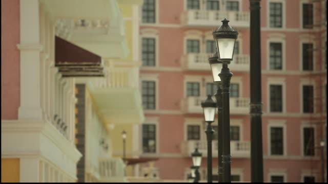 vidéos et rushes de pearl island. view of antique style lampposts on a pretty street. - style néoclassique