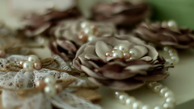 stockvideo's en b-roll-footage met parel sieraden en bloemen - parel juwelen
