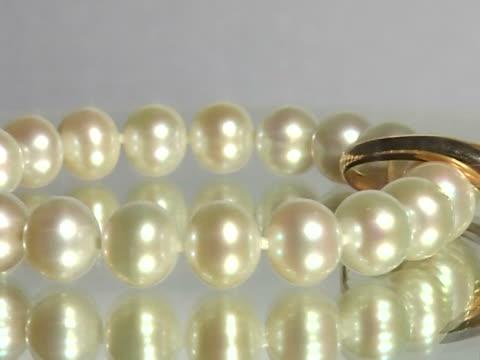 vídeos de stock, filmes e b-roll de joias de pérolas - colar