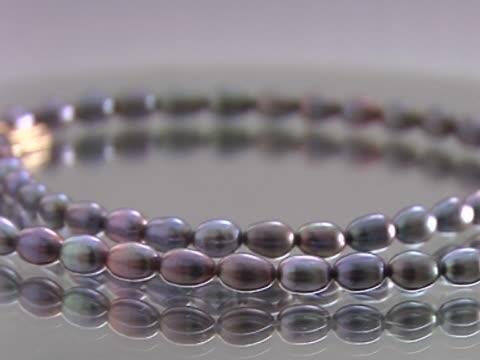 stockvideo's en b-roll-footage met pearl necklace - parel juwelen