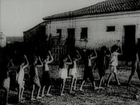 vídeos de stock e filmes b-roll de peasant children marching in circle showing soviet salute in jewish agricultural colony ikor in crimea - colony