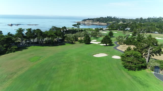 vídeos de stock, filmes e b-roll de pebble beach shoreline golf course - drone - flying toward ocean - golfe