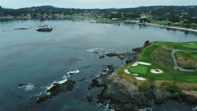 vidéos et rushes de pebble beach shoreline golf course - drone - rotating over shoreline - golf