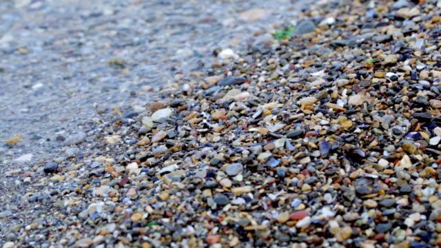 stockvideo's en b-roll-footage met pebbles and waves - goede staat