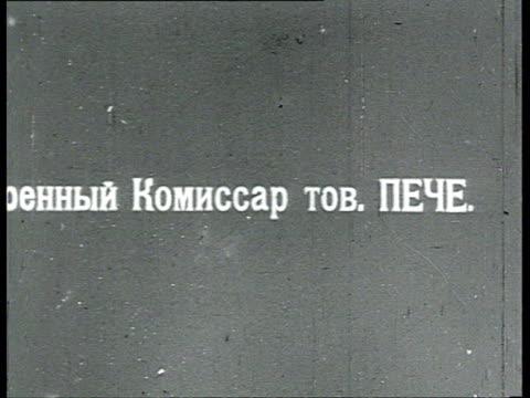 vidéos et rushes de peche / petche army commissar stands and leans against car / russia - 1918