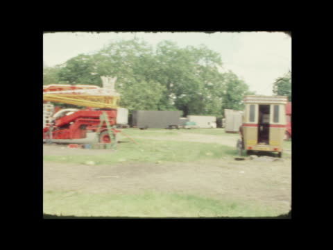vídeos de stock e filmes b-roll de peckham riot; england: london: peckham: gv shops zoom shutters fairground on common broken fence 2 policemen pull out shop gv council flats boards at... - peckham
