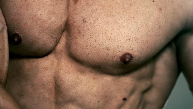 vídeos de stock, filmes e b-roll de slo mo músculos peitorais - mamilo