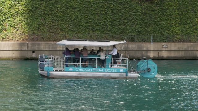 stockvideo's en b-roll-footage met pedal boat on chicago river - waterfiets