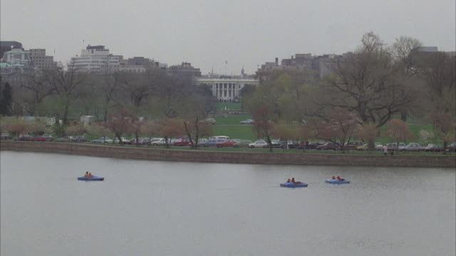 stockvideo's en b-roll-footage met ws, pedal boats on river, white house in background, washington dc, usa - neoklassiek