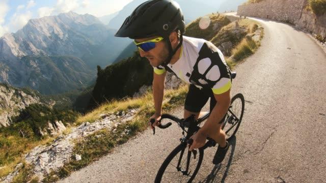 pedal steht auf, während der radweg bergauf geht - herausforderung stock-videos und b-roll-filmmaterial