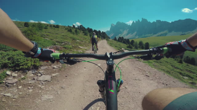 marcia mountainbike sulle alpi in squadra - squadra sportiva video stock e b–roll