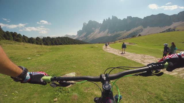 vídeos y material grabado en eventos de stock de restando importancia mountainbike en los alpes - brazo humano