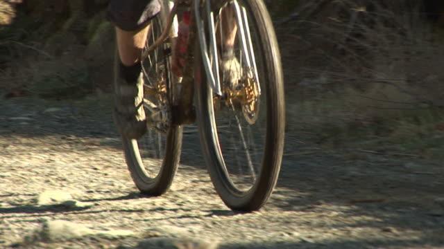 vídeos de stock, filmes e b-roll de turquia minorando subindo em uma mountain bike-hd & pal - colina acima