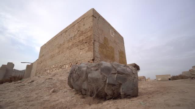 pedestal shot, old building in ras al-khaimah village - 荒廃した点の映像素材/bロール