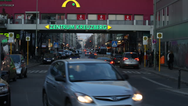 pedestrian and cars are passing by at kottbusser tor in berlin - kreuzberg, a famous nightlife area and multi culture district with a lot of turkish... - 懺悔点の映像素材/bロール