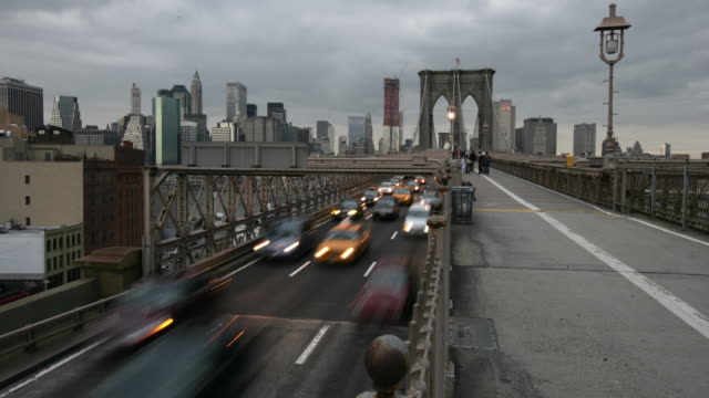 ws t/l pedestrian and traffic on brooklyn bridge in new york city from day to night / new york city, new york, usa - brooklyn bridge stock videos & royalty-free footage