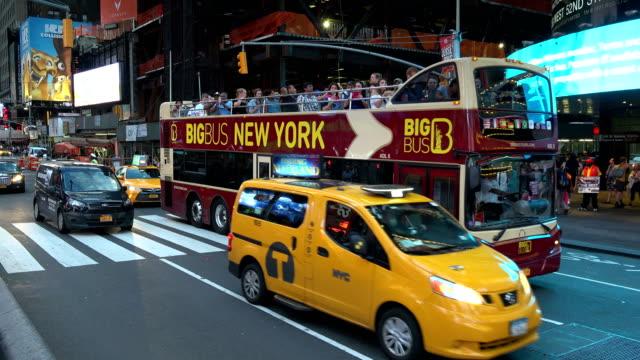stockvideo's en b-roll-footage met pedestrian and vehicular traffic, times square, new york city - dubbeldekker bus