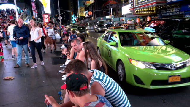 pedestrian and vehicular traffic, times square, new york city - ペディキャブ点の映像素材/bロール