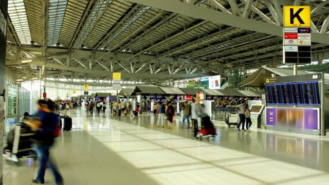 vidéos et rushes de piétons asie les voyageurs de l'aéroport, le temps qui passe - image contrastée