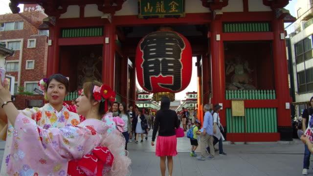 vídeos de stock, filmes e b-roll de pedestrian at sensoji templehozomon or treasure house gate on may 30 2017 in tokyo japan - templo asakusa kannon