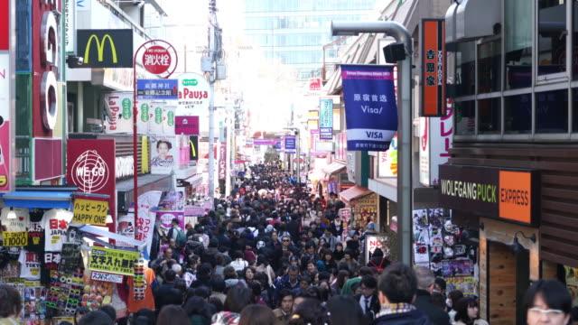 東京竹下市場の場所で歩行者 - 混雑した点の映像素材/bロール