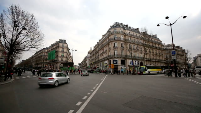 vidéos et rushes de hd:  piéton commuter foule crossing at lafayette haussmann à paris, en france - station