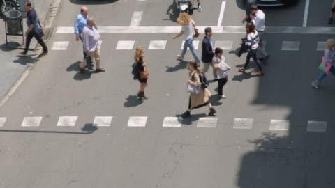 vídeos y material grabado en eventos de stock de pedestrian crosswalk at barcelona - paso peatonal vías públicas