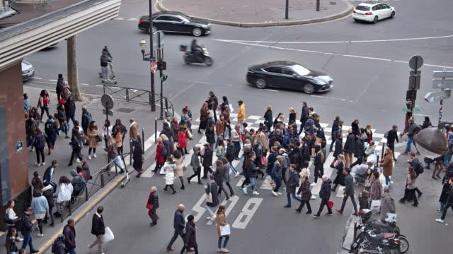 vidéos et rushes de piétonne. foule. rue. paris - carrefour