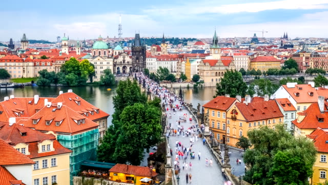 vídeos de stock, filmes e b-roll de pedestres lotados ponte carlos checa ao entardecer aérea - mala strana