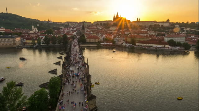 vídeos de stock, filmes e b-roll de ponte de pedestres crowded carlos checa aérea ao pôr do sol - mala strana
