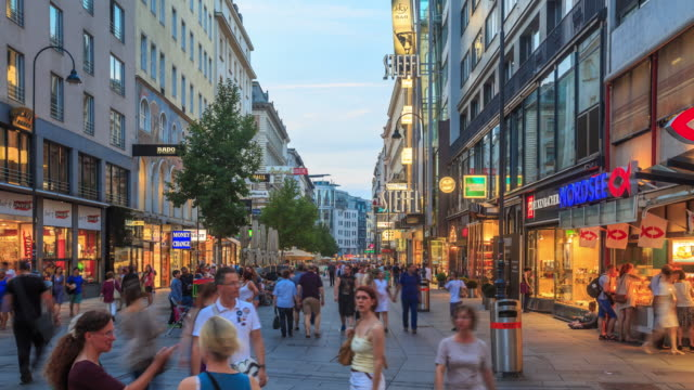 vídeos de stock, filmes e b-roll de pedestre kartner lotado compras rua crepúsculo de áustria de viena - austria