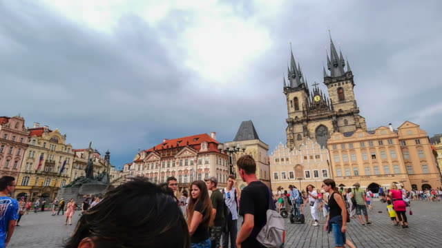Plaza peatonal lleno de gente vieja, Praga, República Checa