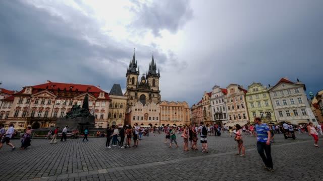 歩行者混雑旧市街広場, プラハ, チェコ共和国 - プラハ旧市庁舎点の映像素材/bロール