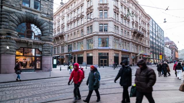 vídeos de stock, filmes e b-roll de pedestres crowed em helsinque, finlândia - finlândia
