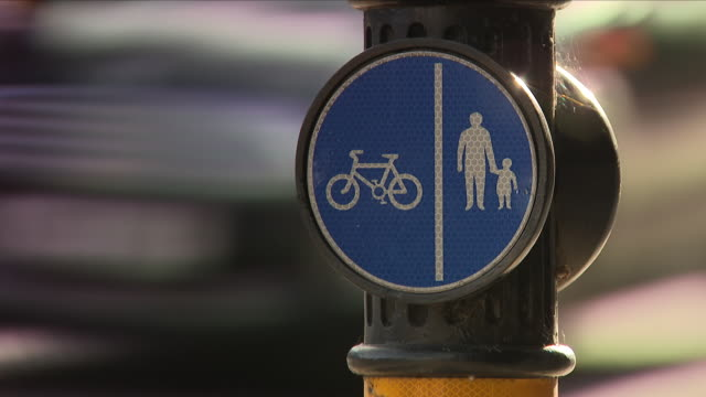 stockvideo's en b-roll-footage met pedestrian cycle path road sign - verkeersbord