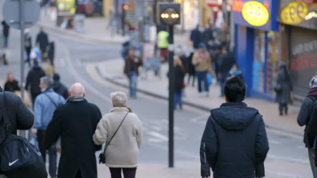 ws pedestrian on croydon high street in croydon / london, england, united kingdom - ロンドン クロイドン点の映像素材/bロール