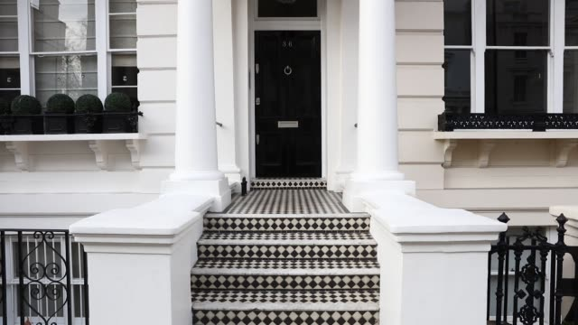 vídeos de stock e filmes b-roll de pedestrian passes residential properties on hornton street in the kensington area of london, uk, on friday, dec 9, 2016 - kensington e chelsea