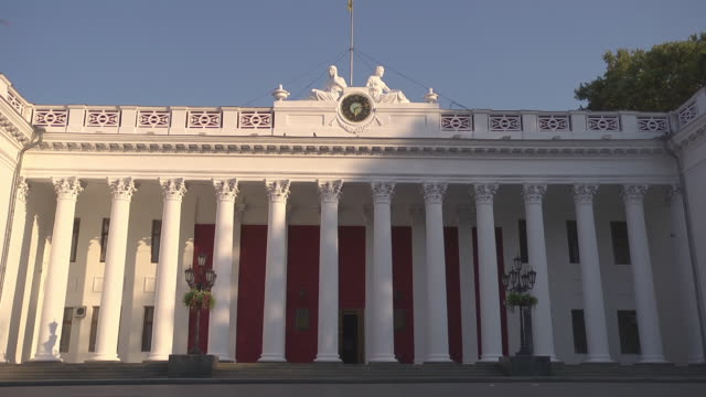 vídeos y material grabado en eventos de stock de pedestrian passing city hall of odessa - edificio gubernamental