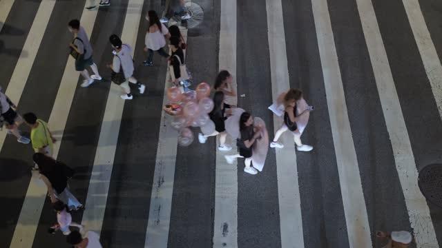 vídeos de stock, filmes e b-roll de taipei taiwan - pedestres atravessam uma estrada - cruzar