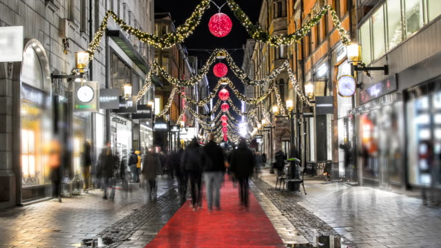 stockvideo's en b-roll-footage met pedestrian shopping street time lapse - uitzoomen