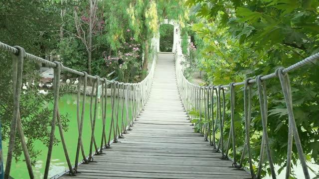 vídeos de stock e filmes b-roll de pedestrian suspension bridge stock video. turkey, construction industry, rope bridge, 4k resolution - ponte suspensa
